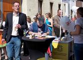 Oberbürgermeister Michael Ebling am Stand der Fluglärmgegner auf dem Bretzelfest 2012